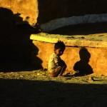 Junge im Morgenlicht Agra, Indien